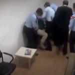 ربطوا يديها خلف ظهرها.. شاهد: اعتداء 4 ضباط أتراك تسبب بوفاة أميركية في مطار إسطنبول!
