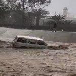 شاهد .. السيول تجرف سيارة مواطن في تبوك