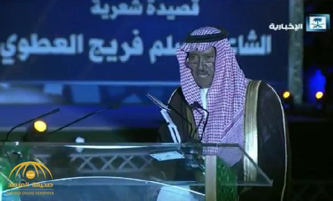 شاهد: العطوي والبلوي يشعلان حفل أهالي تبوك بقصائد حماسية أمام الملك