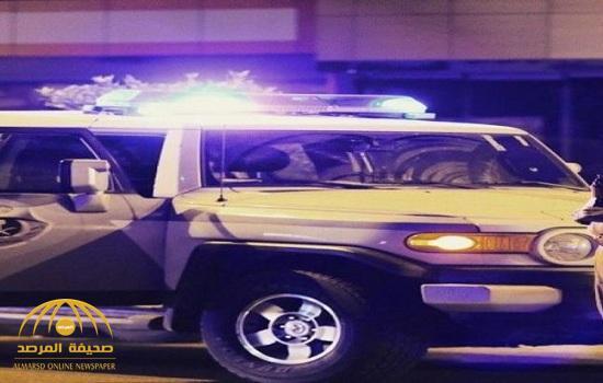 سائق يخلع ملابسه ويحاول الاعتداء على رجل مرور في جدة.. ومصادر تكشف ملابسات الواقعة!