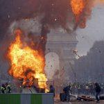 شاهد بالصور  .. احتجاج على ارتفاع أسعار الوقود يحرق شارع الشانزليزيه في باريس