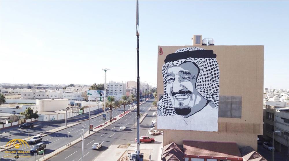 """سعودي يكشف تفاصيل رسمه جدارية للملك سلمان على 7 طوابق بـ""""تبوك""""!"""
