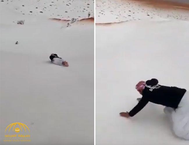 شاهد .. فرحة مواطن بالثلوج التي سقطت على أنحاء من منطقة حائل