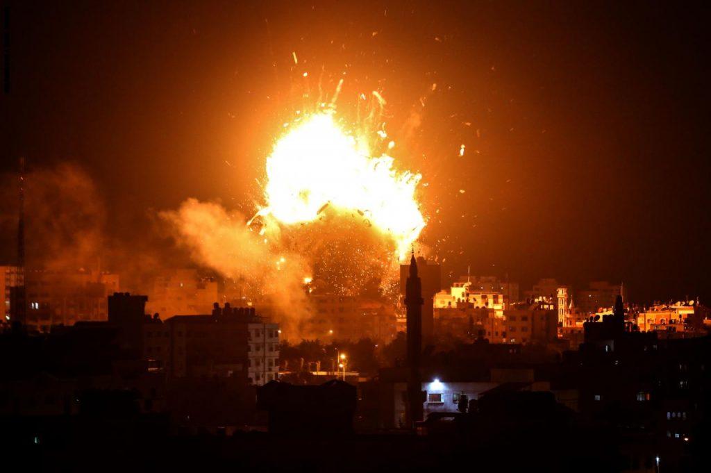 """إسرائيل تدمر مبنى قناة """"الأقصى"""" التابعة لحماس في قطاع غزة!"""