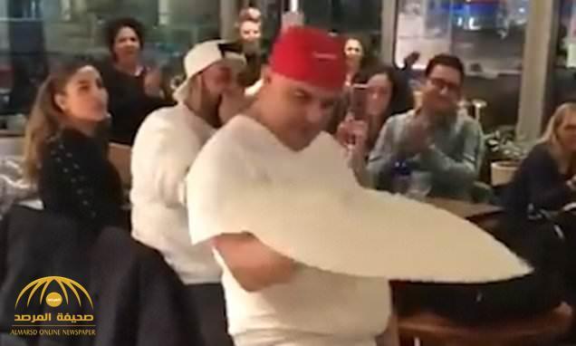 شاهد: شيف ألماني يبهر الزبائن بحركات بهلوانية بواسطة عجينة بيتزا