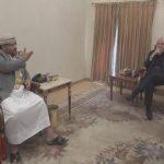 بالفيديو.. ماذا وضع قيادي حوثي تحت الطاولة أثناء التفاوض مع المبعوث الأممي؟!