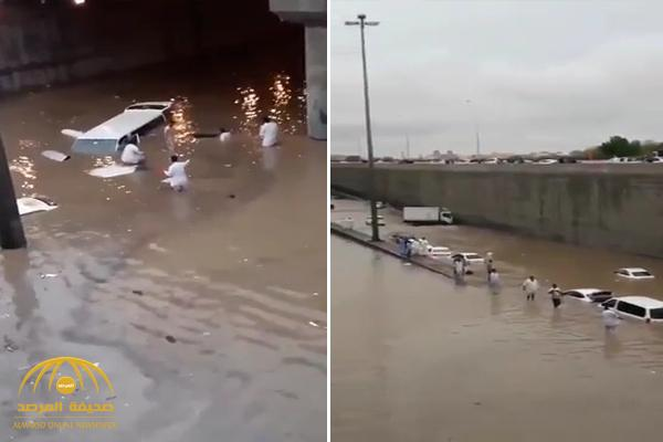 """شاهد .. غرق السيارات داخل نفق """"ديراب"""" بسبب الأمطار الغزيرة على الرياض"""