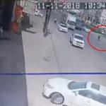 شاهد .. سيارة تقذف شاباً في الهواء أثناء عبور الطريق في القنفذة
