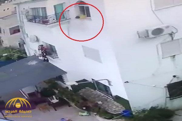 شاهد .. فيديو صادم لطفلة تسقط من نافذة بالطابق الثالث