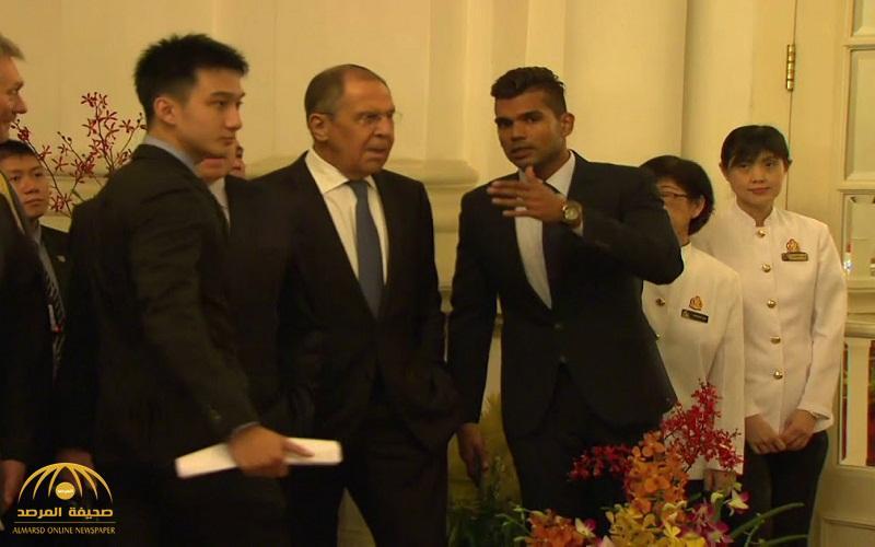 """شاهد .. وزير الخارجية الروسي يتعرض لموقف محرج في سنغافورة بسبب """"الغداء"""" !"""