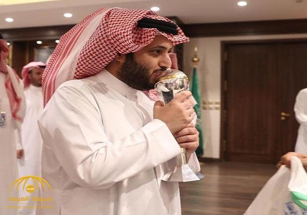 """شاهد .. لحظة استقبال """"تركي آل الشيخ"""" منتخب الشباب المتوج بكأس آسيا"""