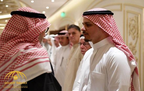 بالصور.. شاهد لحظة استقبال صلاح خاشقجي المعزين في وفاة والده
