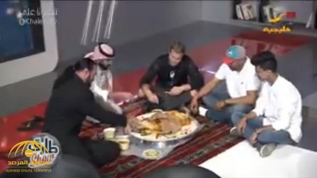 """شاهد .. المذيع """"طارق الحربي"""" يستضيف مصارعين ويقدم لهما """"مفطح"""" داخل البرنامج!"""
