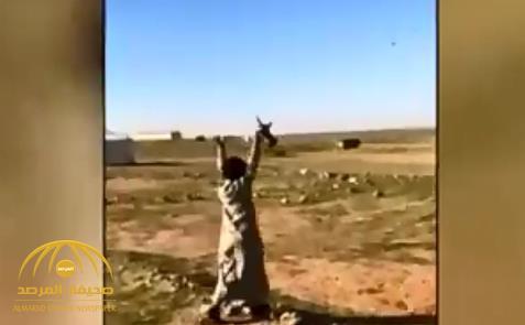 بالفيديو.. شاهد ردة فعل قائد طائرة بعد أن دعاه طفل لتناول القهوة في خيمته بالبر