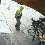 شاهد: مشرد  أمريكي يدفع مسن ويسقطه على الأرض أثناء مرور شاحنة!