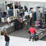 شاهد .. لص يسرق أكثر من 9 آلاف دولار من مسافر في المطار