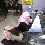 شاهد بالفيديو .. محجبات يسرقن عدد من محلات الذهب بالقاهرة