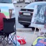 بالفيديو.. فنان سعودي يقلد الدول الأوروبية و يرسم لوحاته على الرصيف وهكذا  كان ردة فعل المارة!