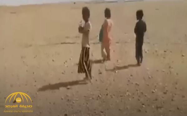شاهد.. فيديو مؤثر لأطفال عطشى في صحراء بلد عربي!