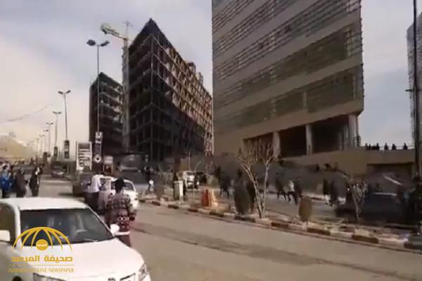 شاهد بالفيديو.. رئيس جامعة طهران يدهس الطلاب المتظاهرين في الشوارع!