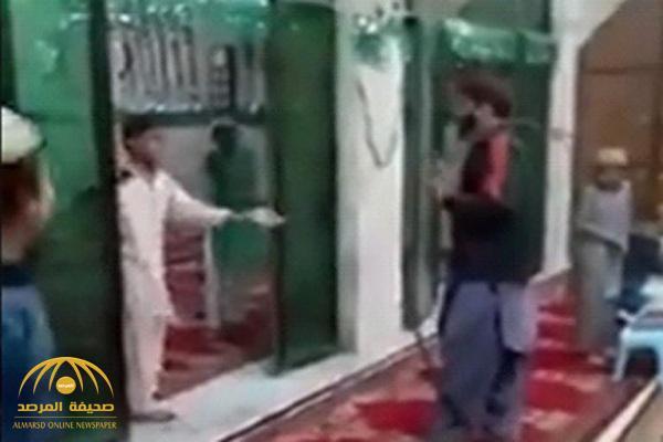 فيديو صادم.. شاهد: كيف يتعامل مُحفظ قرآن مع طلابه الأطفال داخل المسجد!