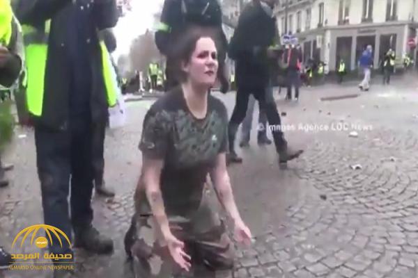 شاهد بالفيديو.. فرنسية تركع  أمام الشرطة: اقتلوني ولا تخربوا باريس!