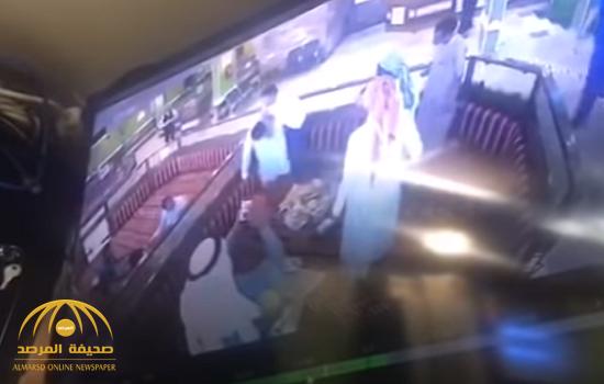 """شاهد بالفيديو ..  زبون في مطعم  بجدة  """" يغص"""" في عظم  وزبون آخر يتدخل  وينقذه من موت محقق!"""