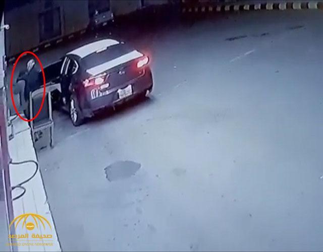 شاهد بالفيديو .. كاميرا  توثق خطف وسلب عامل محطة وقود بحائل
