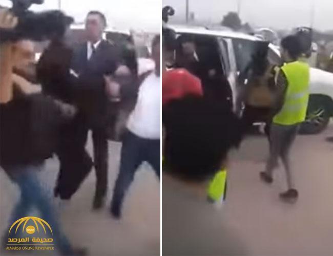 شاهد .. محافظ البصرة يترك سيارته للاعتداء على متظاهر