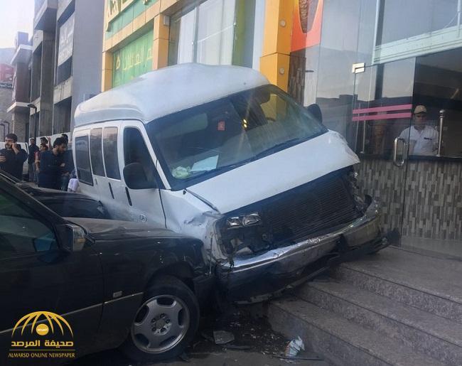 شاهد بالصور….مسن يصدم 7 سيارات ويتسبب في خسائر وفوضى عارمة بالطائف