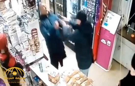 """شاهد فيديو صادم : شاب يرتكب جريمة قتل بشعة داخل متجر..  والسبب """"سماعة أذن""""!"""