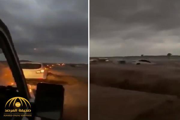 شاهد بالفيديو.. غرق عدد من السيارات في وداي سما بينبع!