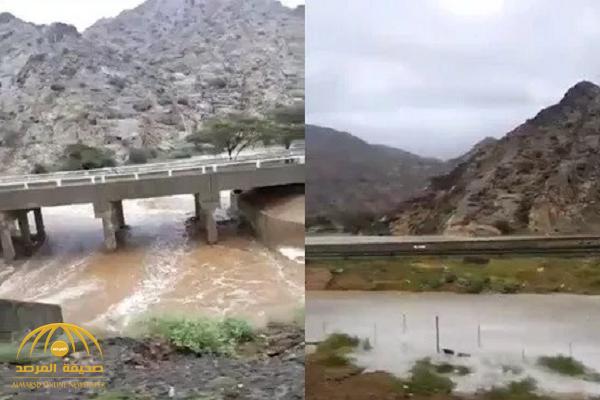 """شاهد بالفيديو: جريان السيول على طريق """"المدينة –ينبع""""!"""