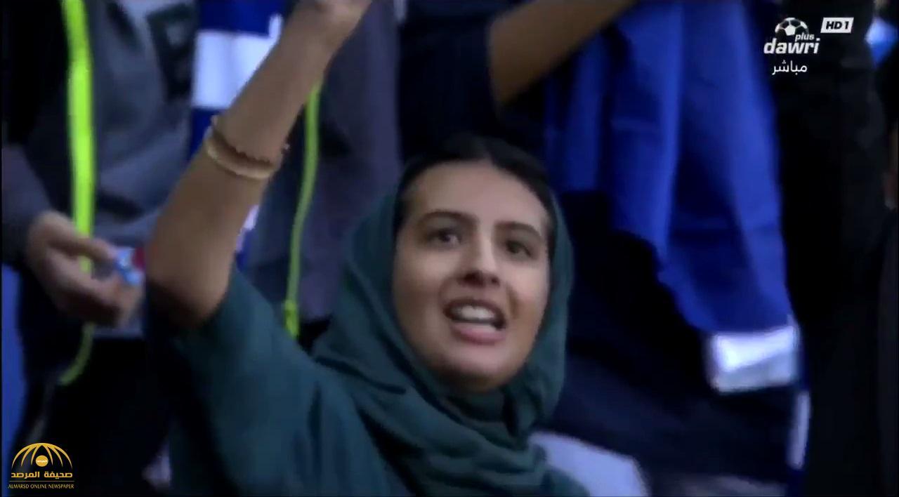 """بالفيديو .. شاهد ردة فعل فتاة بعد فوزها بجائزة """"الجوال"""" في مباراة الهلال والأهلي"""