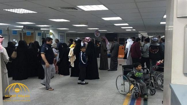 شاهد .. مضاربة بين مجموعة شباب بالعصي داخل  مستشفى بالكويت