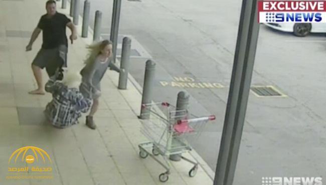 شاهد: شاب ضخم يقفز في الهواء ويركل فتاة حسناء مع جدتها أمام جهاز صراف آلي في أستراليا .. وهكذا برر فعلته!