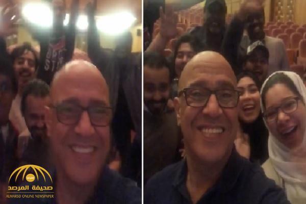 """شاهد.. أشرف عبدالباقي برفقة فريق عمل """"مسرح السعودية"""".. وهذا ما طلبه من الجمهور!"""
