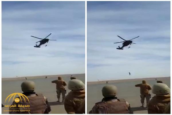 """بالفيديو.. لحظة سقوط """"مظلي صاعقة """" من طائرة تدريب """"الكوماندوز"""" بتبوك"""