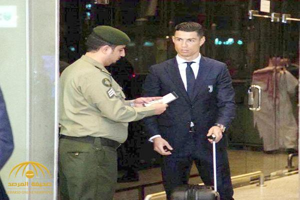 """شاهد .. صورة موظف الجوازات وإيقافه اللاعب """"رونالدو"""" للتدقيق في هويته تجتاح """"تويتر"""""""