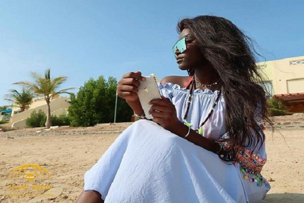 """شاهد.. عارضة الأزياء السعودية """"عبير سندر"""" تفجر مفاجأة وتعلن خطوبتها من أجنبي أشقر!-صور"""