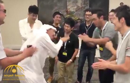 """شاهد.. كيف يداعب """"إبراهيم الفريان"""" الصحفيين اليابانيين بحركة  """"سبايتي""""!"""