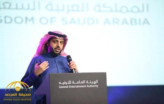 """بالفيديو.."""" تركي آل الشيخ"""" يفاجئ """"ياسر القحطاني"""" خلال مؤتمر """"الترفيه"""" بهذا الإعلان!"""