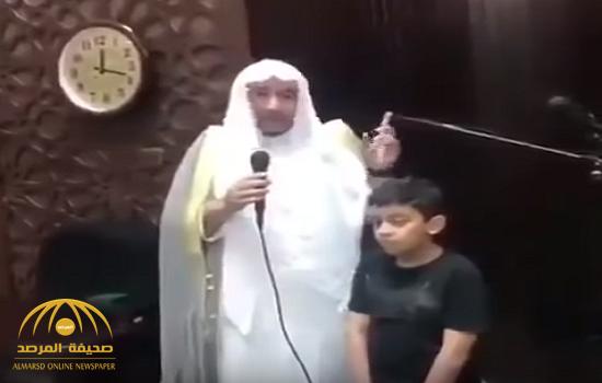 بالفيديو.. تصرف طفل مع والده داخل المسجد يثير انتباه الإمام.. وهكذا جاءت ردة فعل الأخير!