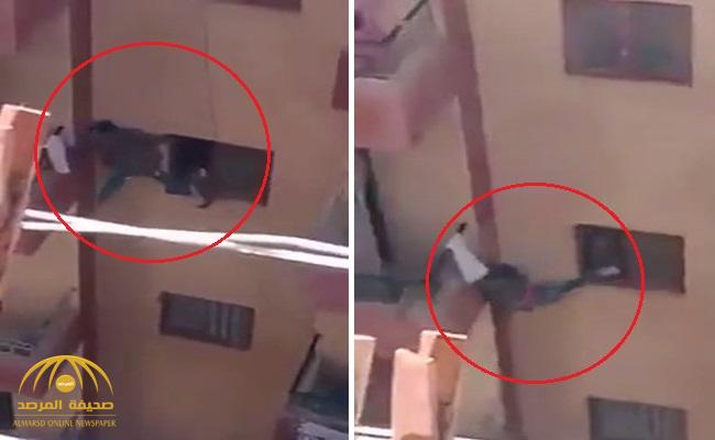 مشهد صادم.. أم مصرية تدفع ابنها من نافذة عمارة لفتح باب الشقة المغلق .. وهذا مصيره