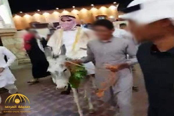 """أول إجراء من صاحب قاعة الأفراح ضد شبان اقتحموا حفل زفاف مواطن في جازان بـ""""حمار""""! -فيديو"""