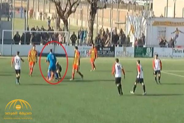 يا فرحة ما تمت.. شاهد: حارس مرمى يعتدي على الحكم ويسقطه أرضا بعدما ألغى هدفه في الدقائق الأخيرة!