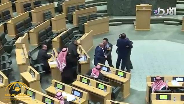 شاهد .. موعظة تنتهي بمشاجرة بين نائبين أردنيين تحت قبة البرلمان