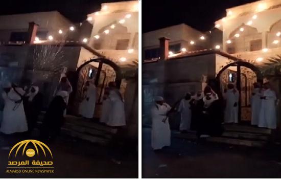 """أسقط عقال العريس.. شاهد شاب """"غشيم """"يتفاخر بإطلاق الرصاص من سلاح رشاش داخل حي سكني!"""
