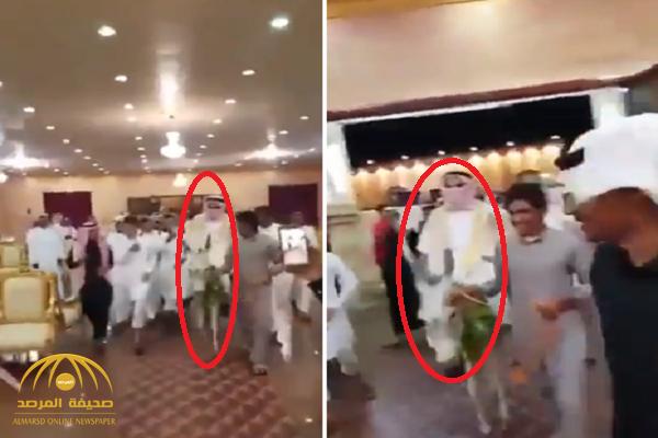 شاهد:  عريس يكسب التحدي و يفاجئ الحضور  بدخول قاعة زفافه على حمار!