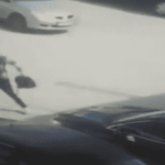 قبل الخروج من بوابة المدرسة.. طالب أردني ينتقم من معلمه! (فيديو)